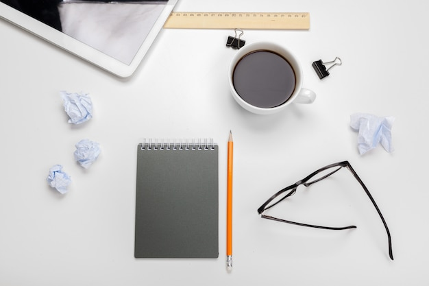 Área de trabalho de negócios com xícara de café e notebook