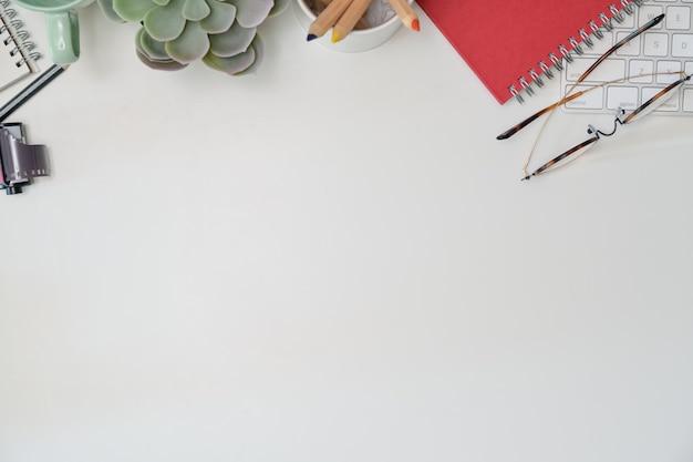 Área de trabalho de suprimentos criativos de mesa de escritório e espaço de cópia