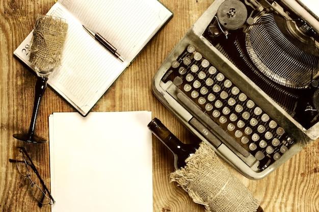 Área de trabalho do escritor com máquina de escrever retrô