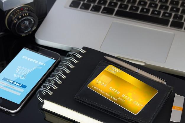 Área de trabalho do escritório com carteira e cartão de crédito dourado