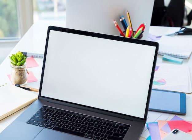 Área de trabalho do escritório com um laptop
