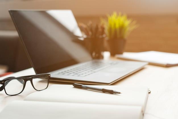 Área de trabalho do office com laptop e analítica