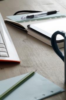 Área de trabalho. objetos em cima da mesa