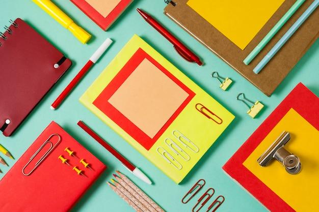 Área de trabalho plana com notebooks