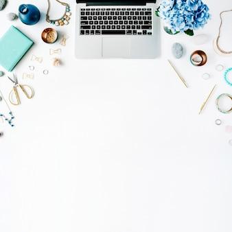 Área de trabalho plana de home office com laptop e hortênsia
