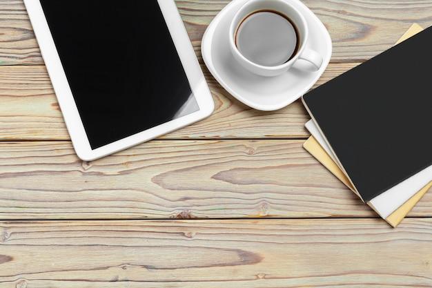 Área de trabalho. tablet digital e xícara de café com suprimentos, ainda vida