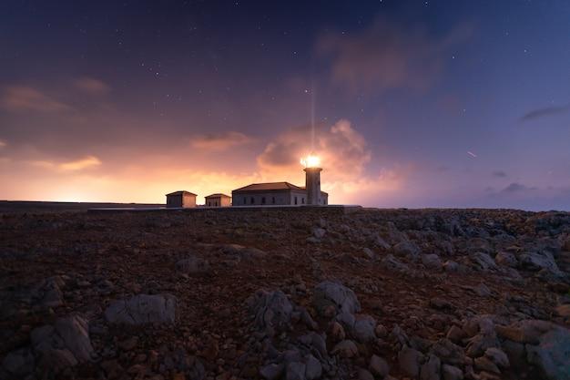 Área do farol de punta nati na costa oeste da ilha de menorca, espanha.