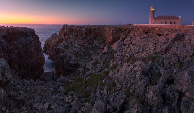 Área do farol de 'punta nati' na costa oeste da ilha de menorca, espanha.