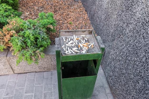 Área para fumantes próxima ao prédio de escritórios as pontas de cigarro estão no lixo