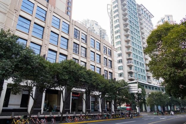 Área residencial com árvores de edifícios altos e estrada