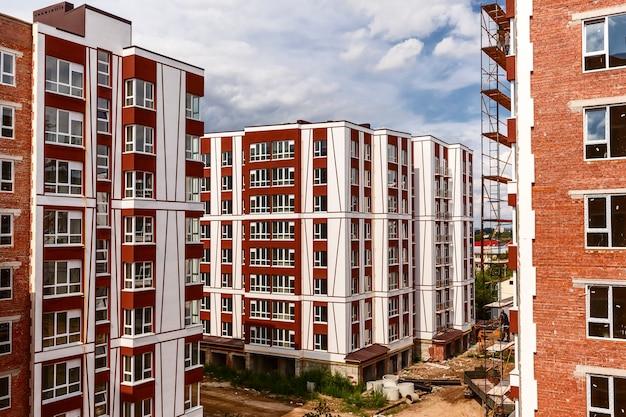 Área residencial em construção com andaimes