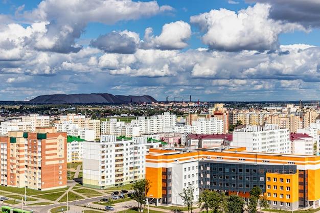 Área residencial moderna de vários andares. crédito hipotecário para uma jovem família. bielo-rússia. soligorsk.