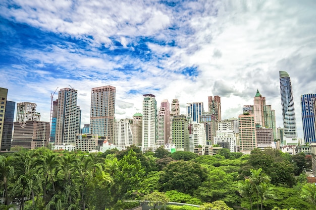 Área verde em frente ao centro da metrópole de bangkok com prédios altos a céu aberto.