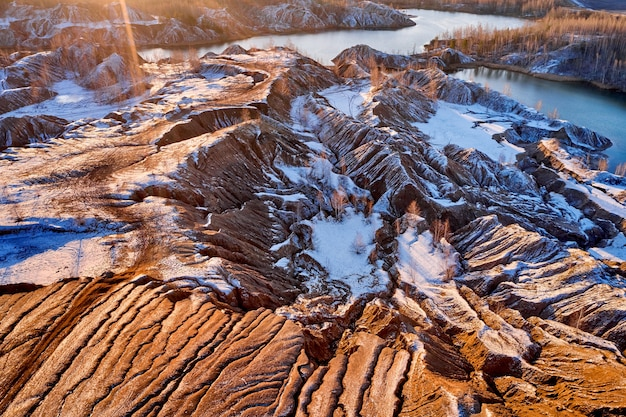 Areal view colinas arenosas lagos rios terreno antigas minas de areia cobertas pela primeira neve