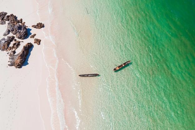 Areal, vista, de, um, praia, e, um, bote, com, a, rocha, em, sali, ilha, myanmar