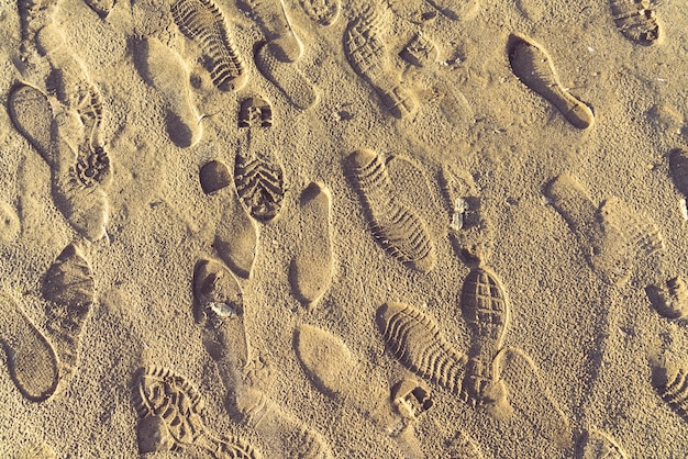 Areia amarela e pegadas