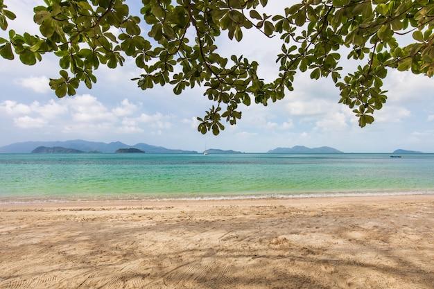 Areia branca e céu azul na praia tropical na ilha de koh wai, tailândia