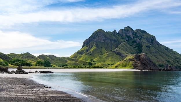 Areia branca em padar island, no parque nacional de komodo, na indonésia