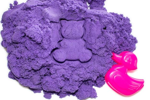 Areia cinética de cor roxa brilhante e formato para esculpir na forma de um pato