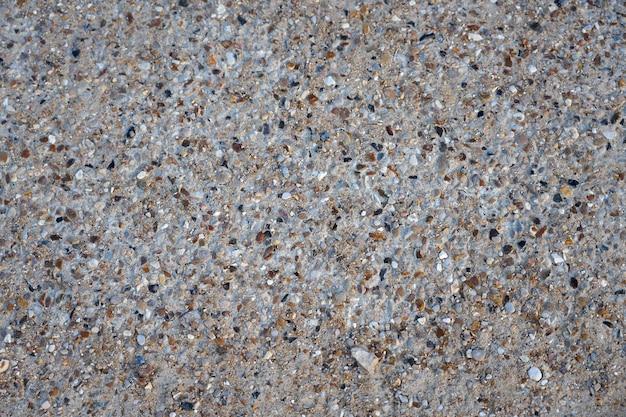 Areia com fundo de pequenas pedras.