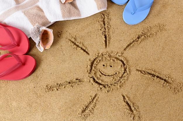 Areia da praia com sol sorridente