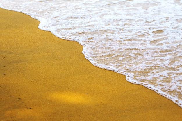 Areia dourada no mar.