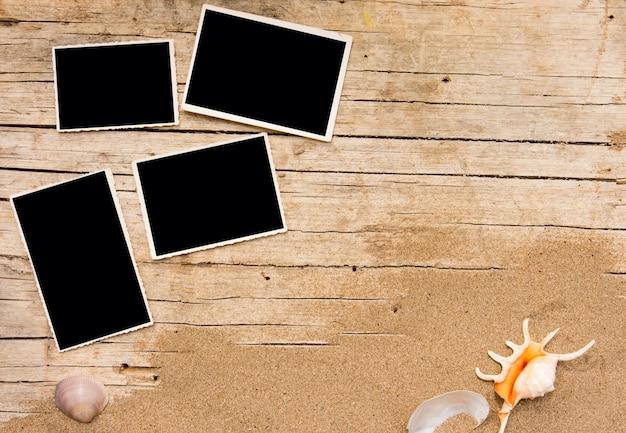 Areia e fotografias em madeira de tábuas.