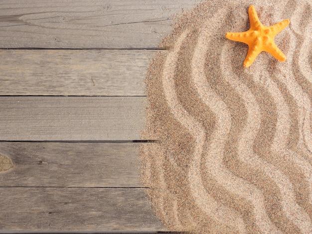 Areia em tábuas de madeira com conchas do mar, férias de verão, fundo de verão