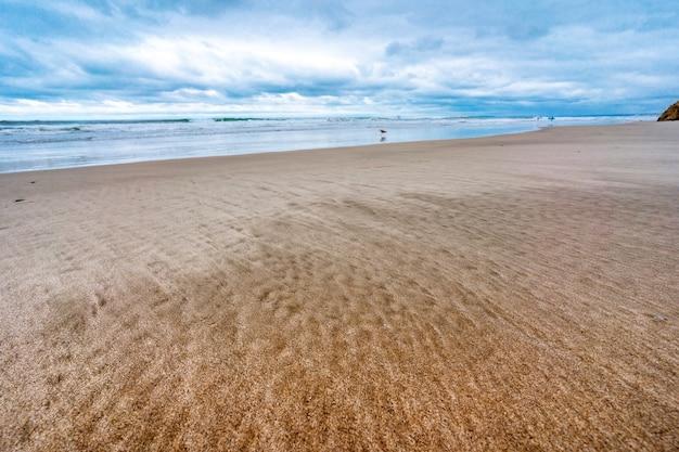 Areia listrada em uma praia da califórnia areia dourada com uma mistura de areia preta padrão na areia