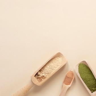Areia natural em colheres de madeira
