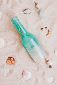 Areia superfície com garrafa