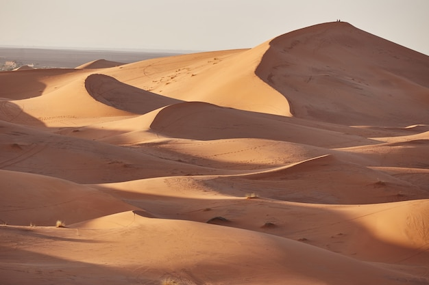 Areias sem fim do deserto do saara. belo pôr do sol sobre as dunas de areia do deserto do saara marrocos, áfrica
