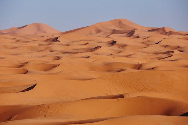 Areias sem fim do deserto do saara. belo pôr do sol sobre as dunas de areia do deserto do saara, marrocos, áfrica