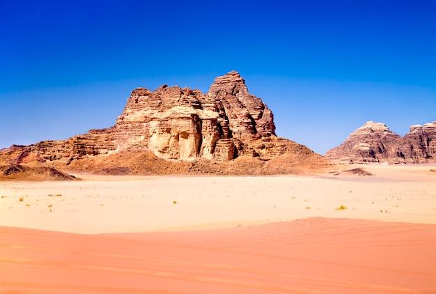 Areias vermelhas e amarelas no deserto de wadi rum, jordânia