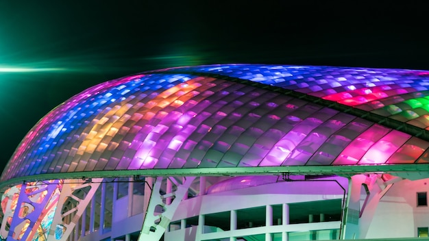 Arena do estádio de futebol iluminada fisht à noite em sochi, rússia, campeonato mundial de 2018.