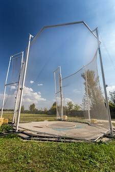 Arena para lançamento do martelo cercada por rede de alta segurança