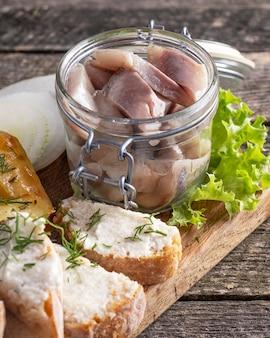 Arenque marinado com cebola em uma jarra. fechar-se