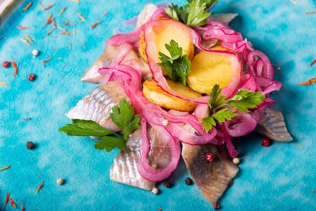 Arenque, peixe, azul, prato, batatas, salsa, restaurante, servindo
