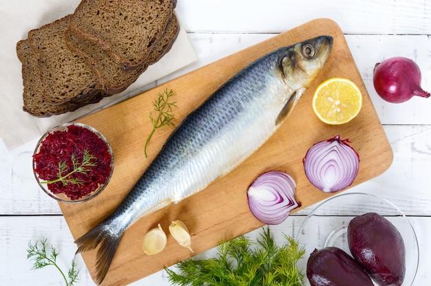 Arenque salgado com beterraba cozida, cebola roxa, alho, limão, endro e pão de centeio