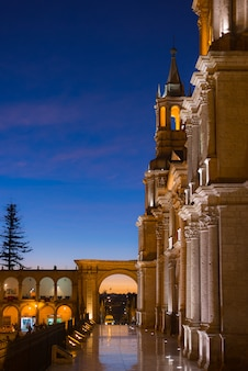 Arequipa, peru: praça principal e catedral ao entardecer