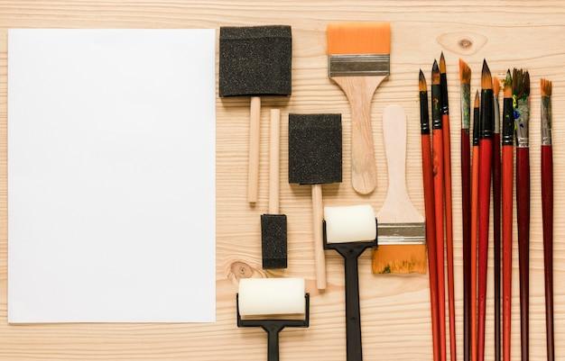 Arfando ferramentas ao lado da folha de papel