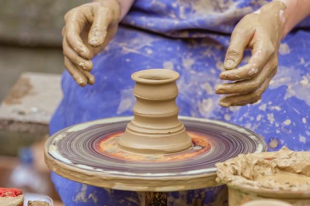 Argila de modelagem de mãos