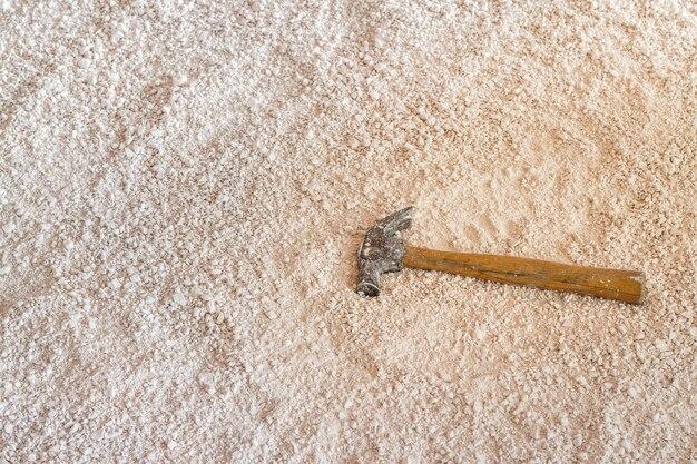Argila de porcelana com martelo para bater