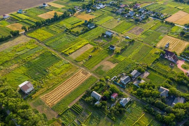 Arial vista sobre pequena aldeia