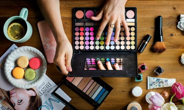 Ariel vista de produtos de maquiagem