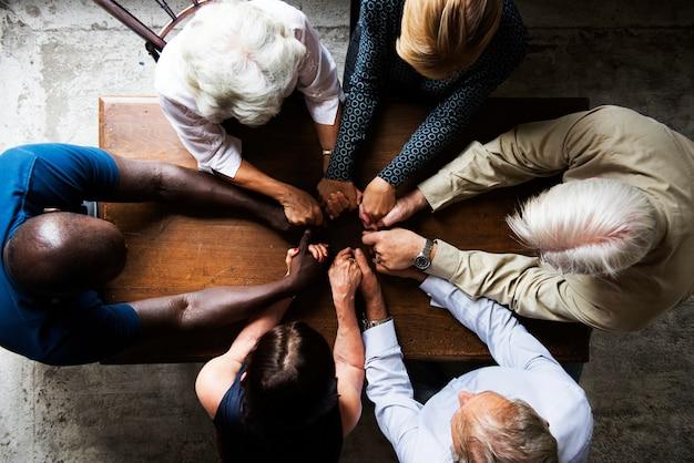 Ariel vista de um grupo diversificado de mãos