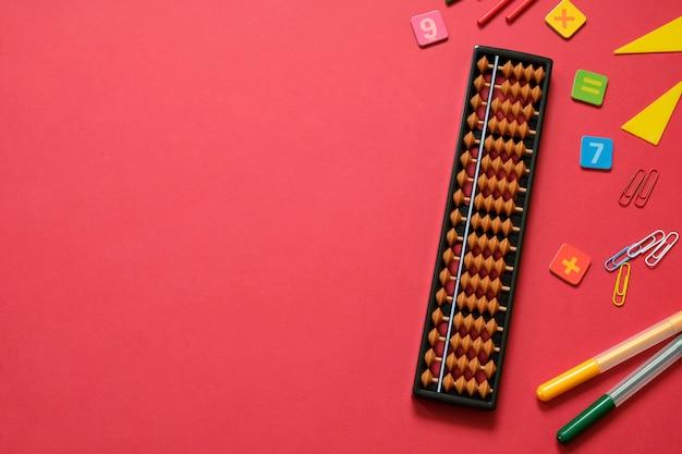Aritmética mental e conceito de matemática: canetas e lápis coloridos, números, pontuações de ábaco, espaço de cópia