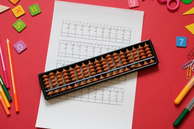 Aritmética mental e conceito de matemática: canetas e lápis coloridos, números, pontuações de ábaco
