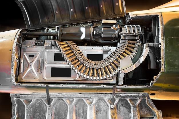 Arma automática dentro de um avião de combate antigo