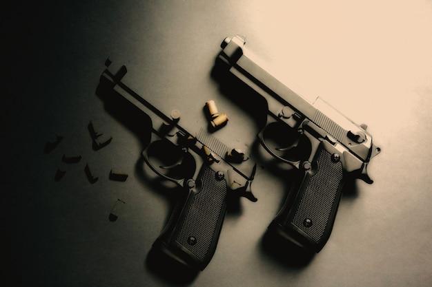 Arma com balas em cima da mesa. legalização de armas. problemas criminais.